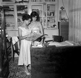 K_1956__09_05_33_Fanny_et_une_apprenttie_magasin_Kynel