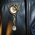 Sautoir montre boule squeletton mécanique surmontant une goutte de cristal, une de pyrite et une fée...