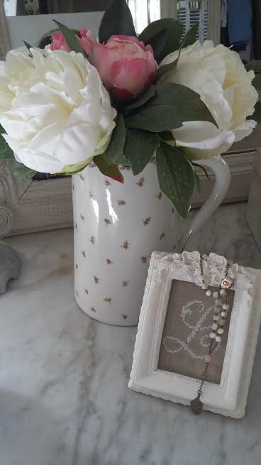ancien pot à eau avec fleurs