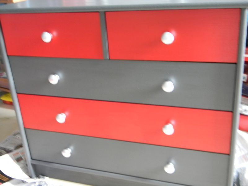 commode blanche et rouge