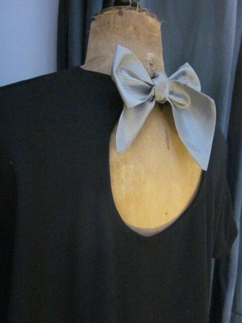 Robe COLOMBE en crêpe noir droite avec petites manches courtes retombantes et décolleté rond dans le dos fermé par un noeud de satin pied de poule noir (2)