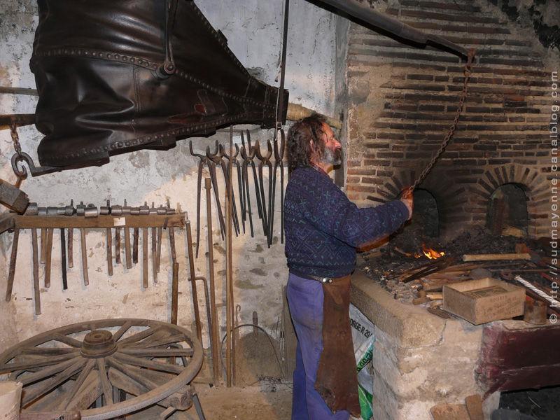 Plan Foyer De Forge : Forgeron au travail à denazé le sud mayenne en photos