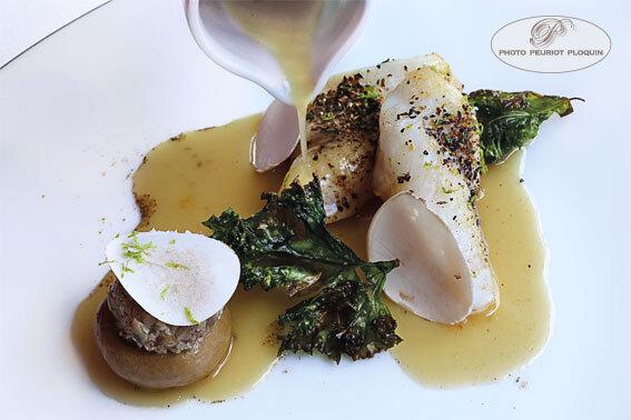Filet_de_SAINT_PIERRRE_poudre_de_champignons_secs_et_serpolet_puis_rotis_sucs_au_haddock_fume_et_sa_sauce_par_Pascal_Bardet