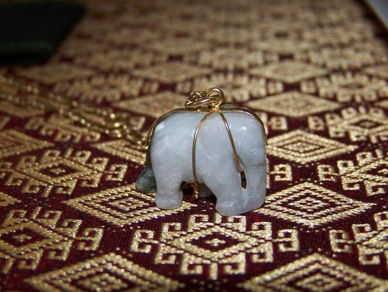 pendentif éléphant en jade sur nappe thaïe