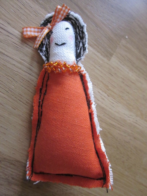 "Une broche ""Les Poupettes... by La Fée Marraine""... orange... n°16..."