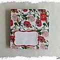 Mail art et fleurs de saison : une enveloppe et sa carte passe ruban couleur dahlia