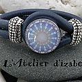 Toujours bleu, mais bleu roi pour ce bracelet en cuir et son fermoir crochet décoré d'une pastille assortie ! autre sytle !
