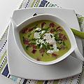 Soupe froide de pois verts et son oeuf poché, sans gluten et sans lactose