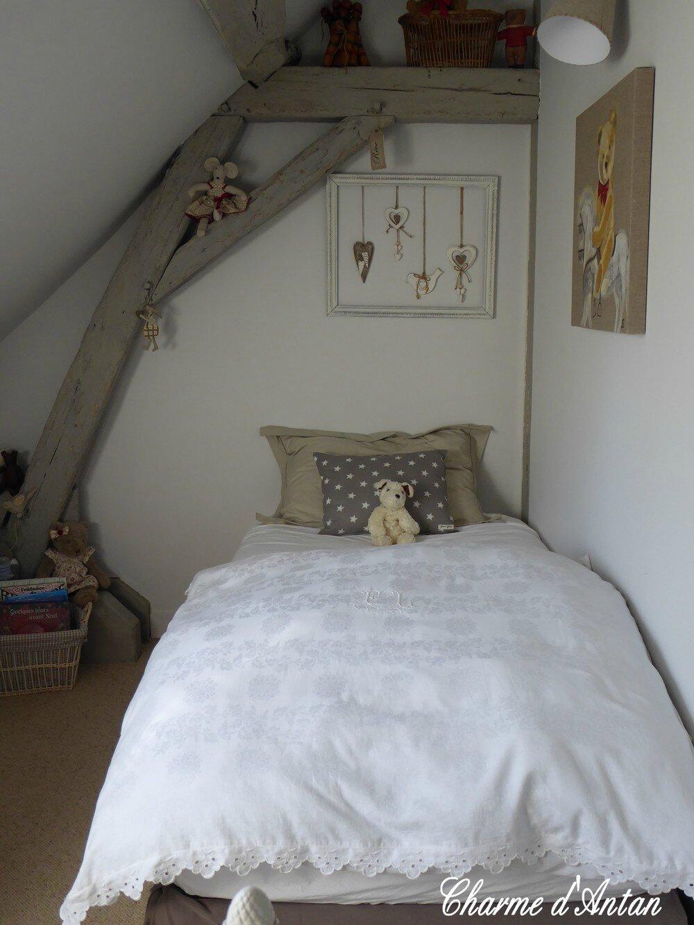 Un petit tour dans la chambre de nos petites filles charme d 39 antan for Chambre en longueur