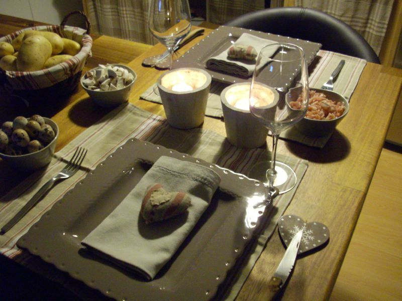 Soiree raclette les tables de pralinette - La table a raclette ...