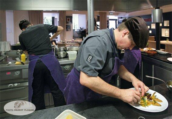 CASTANET_TOLOSAN_La_Table_des_Merville_la_cuisine_ouverte_sur_la_salle_de_restaurant