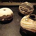 série de pièces en nériage porcelaine et terre noire brutes