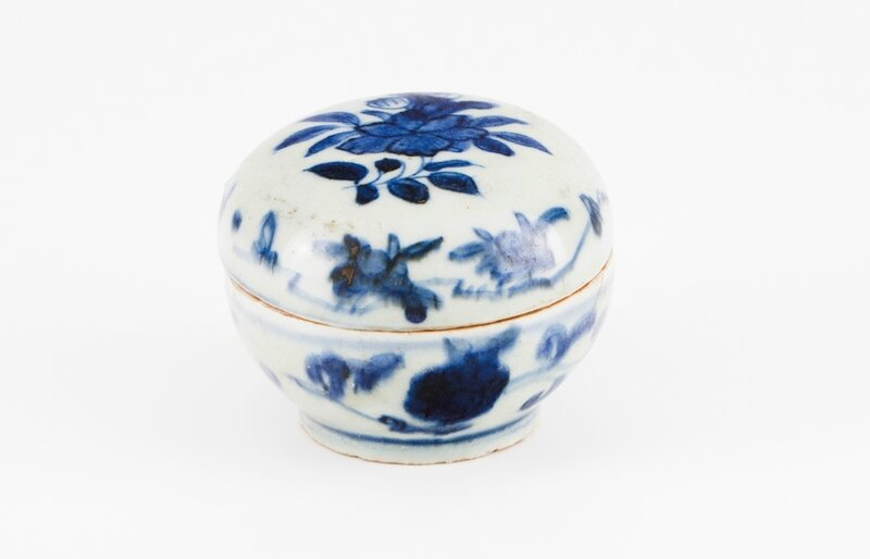 A Chinese porcelain box, Ming dynasty, Wanli Period (1573-1620)