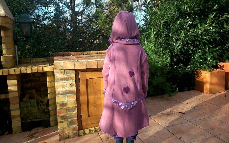 manteau irrésistible de dos avec capuche porté par ily