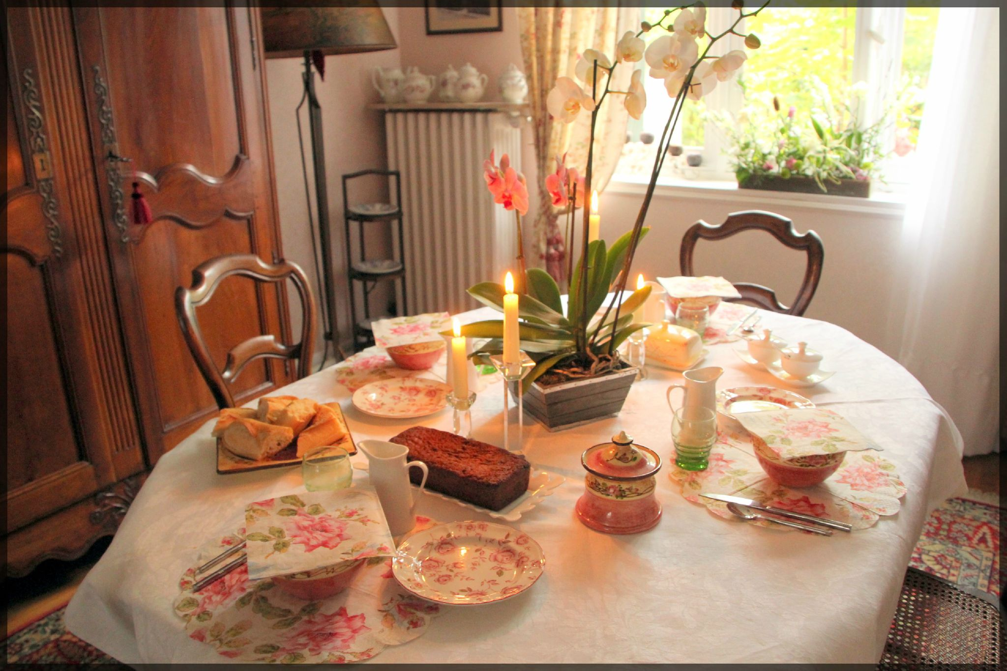 Petit d jeuner rose photo de mes jolies tables - Table petit dejeuner lit ...