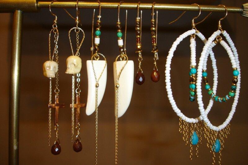 Des boucles d'oreilles tribal chic chez PUNKA à associer avec les bracelets bohémiens HIPANEMA
