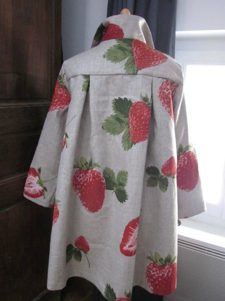 Manteau AGLAE en lin naturel imprimé de grosses fraises rouge - noué sur le devant d'un lien de lin rouge (1)