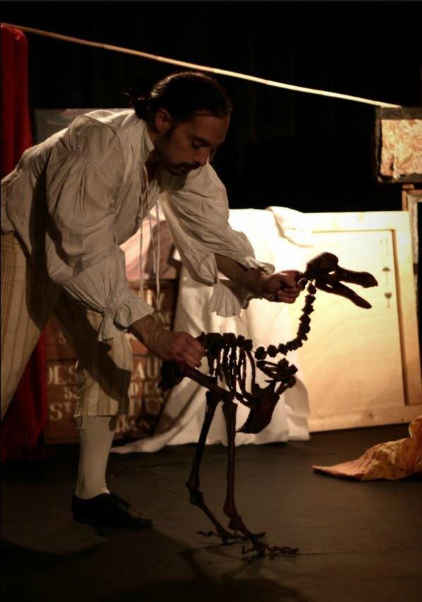 Stephane Botti manipulant une marionnette dans L'Os du dodo - photo de Julien Coupet
