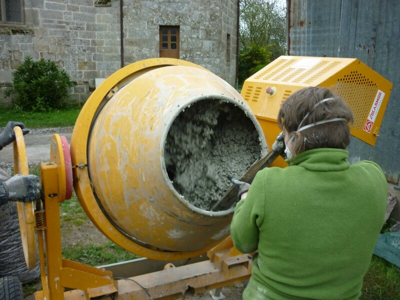 Renover une maison - longère - enduits - betonniere - chaux sable