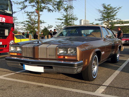 OLDSMOBILE_Cutlass_Salon_Colonnade_4door_Sedan___1976__Rencard du Burger King, Offenbourg 2_