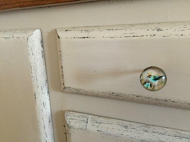 Meuble patiné, bouton de porte oiseaux Chehoma. Relooking par Le Meuble du Photographe.
