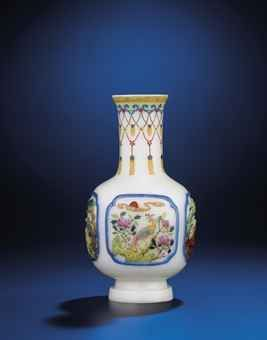 an_important_and_very_rare_famille_rose_glass_bottle_vase_qianlong_red_d5633507h