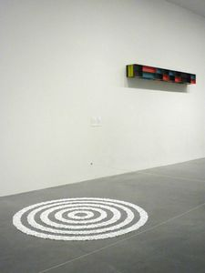MUR Donald Judd O Untitled (DJ 85-51) O 1985 et SOL Richard Long born O Small White Pebble Circles O 1987