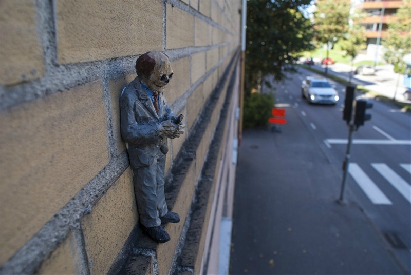 Isaac-Cordal-No-limit-Boras-1-2014-installation-view-Boras-Sweden-photo-credits-artist