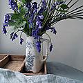 Bouquet bleu / vert dans un pichet