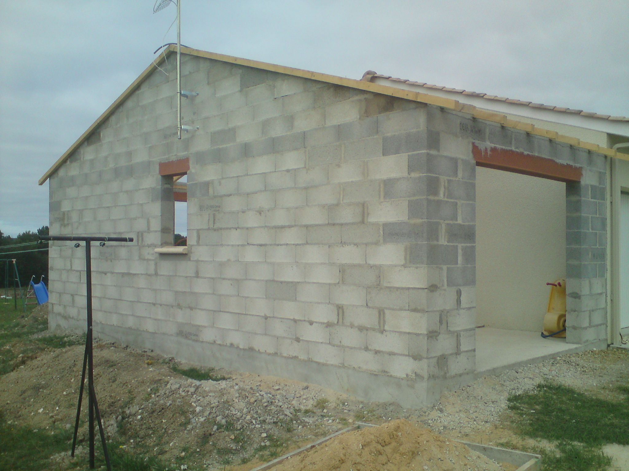 Exemple de rajout de construction de ciment et de pierre for Construction garage parpaing plan