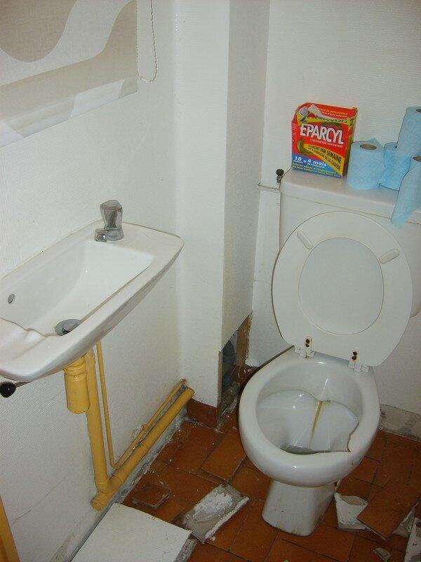 Les latrines  The BACHYBOUZOUKS