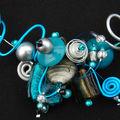 collier tour de cou gris et bleu