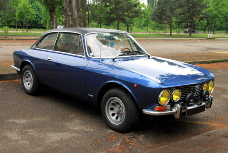 Alfa_Romeo_giulia_GT_2000_veloce__1971_1976___Retrorencard_mai_2010__01