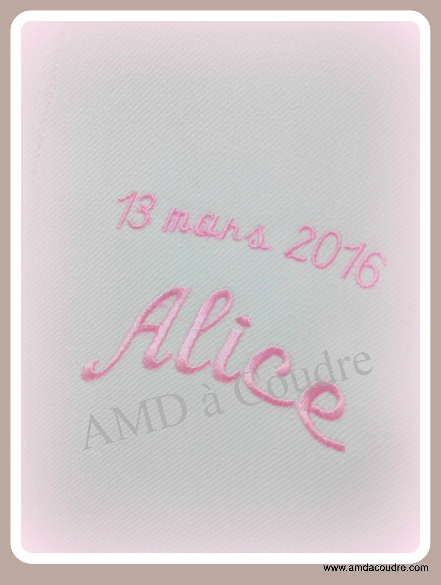 Alice porte une étole de baptême personnalisée par AMD à Coudre, tous nos voeux.