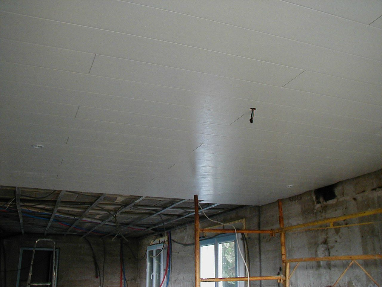 Pose de plafond pvc brico l services for Pose d un plafond en lambris pvc