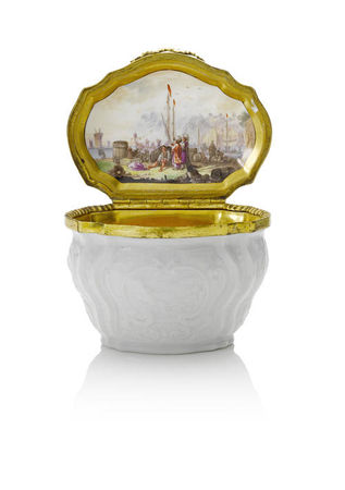 A_Meissen_gilt_metal_mounted_snuff_box__circa_1737_401