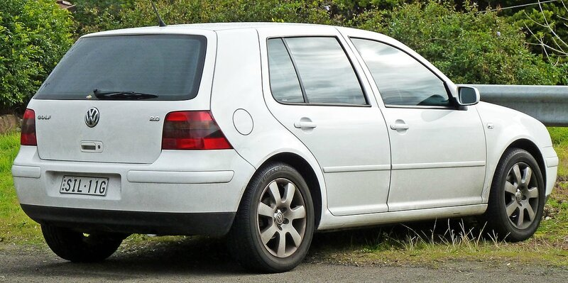 1280px-2003-2004_Volkswagen_Golf_(1J)_Sport_5-door_hatchback_01