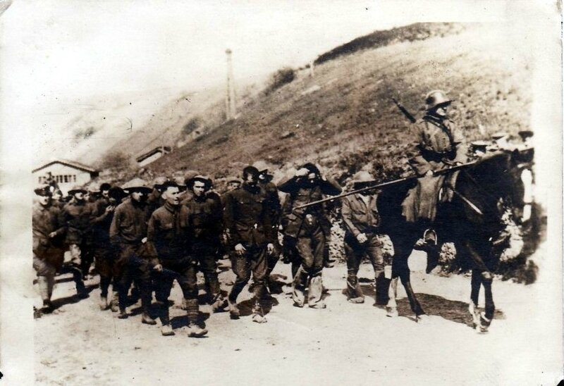 1917-11-07 - _photo-originale-14-18-prisonniers-americains-escortes-par-un-chasseur-a-cheval-allemand-lance-a58-ww1-wk1