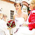 Mariée avec robe brodée de bordeaux rouge, bijoux mariage rouges