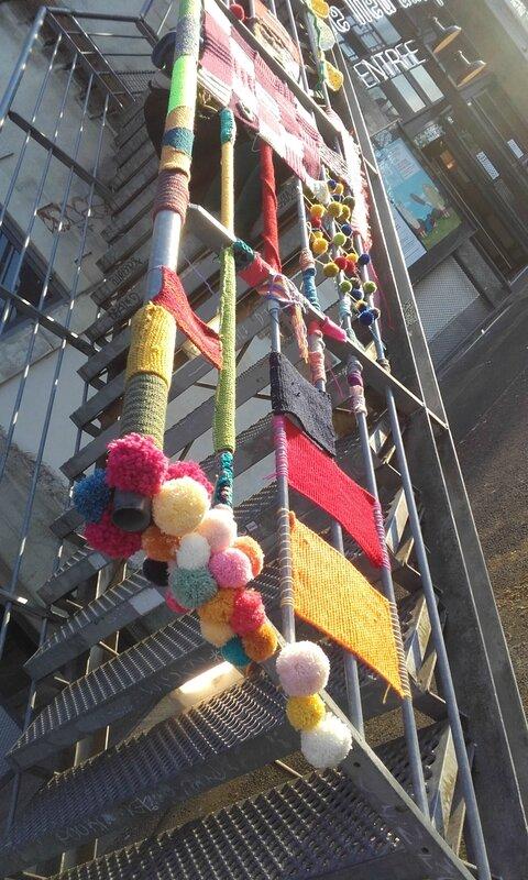 yarnbombing-escalier-nantes-lieu-unique-LU