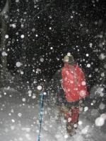 Il fait nuit, il neige avec de grosses rafales de vent