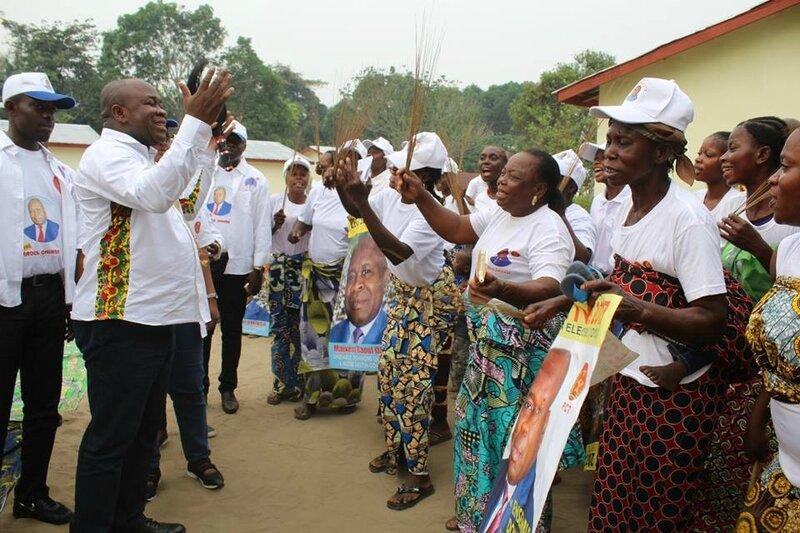 Raoul Ominga et les populations locales de Oyo 2