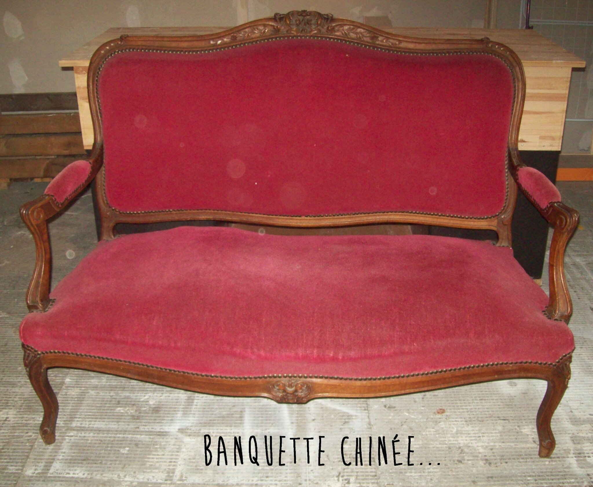 banquette ancienne velours rouge table de lit. Black Bedroom Furniture Sets. Home Design Ideas