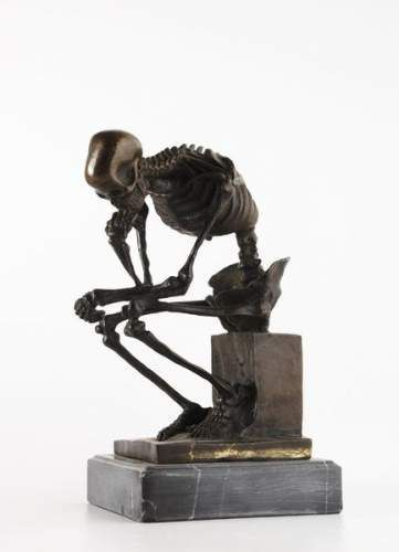 Sculpture en bronze  patine noire reprsentant un squelette dans une attitude de penseur. Travail moderne