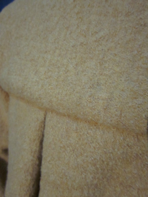 Manteau AGLAE en laine bouillie ocre fermé par un noeud (1)