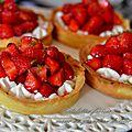 Tartelettes aux fraises sur crème au yaourt citron, basilic