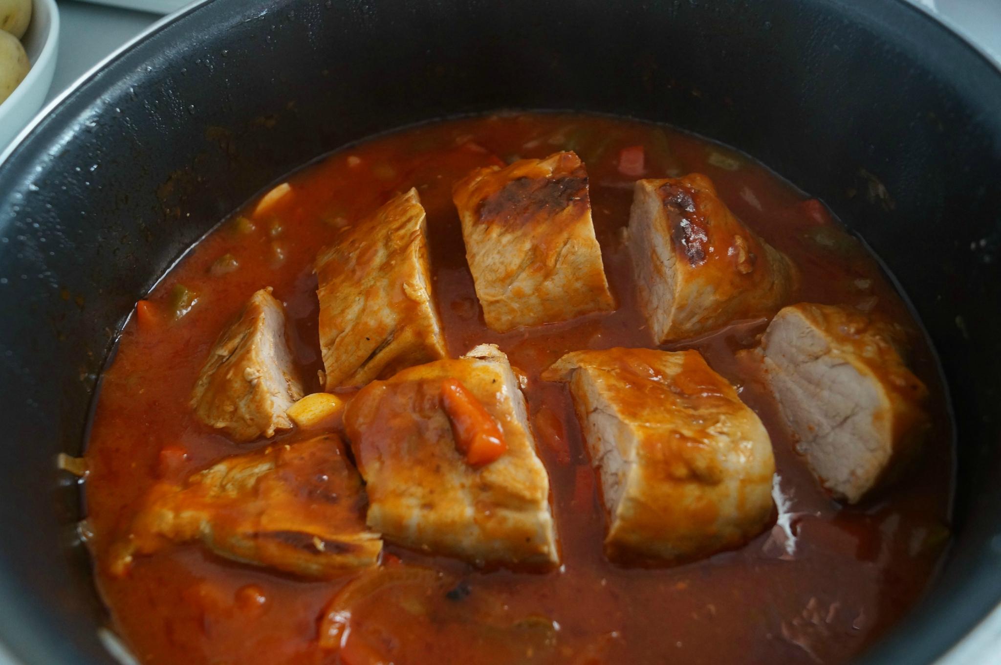 Filet mignon aux poivrons et tomates dans la cuisine de - Cuisiner un filet mignon de porc en cocotte ...