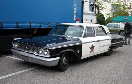 Ford_galaxie_500_4door_sedan_police_cruiser_de_1963__Rencard_du_Burger_King__01