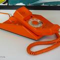 Objet vintage ... téléphone orange contempra