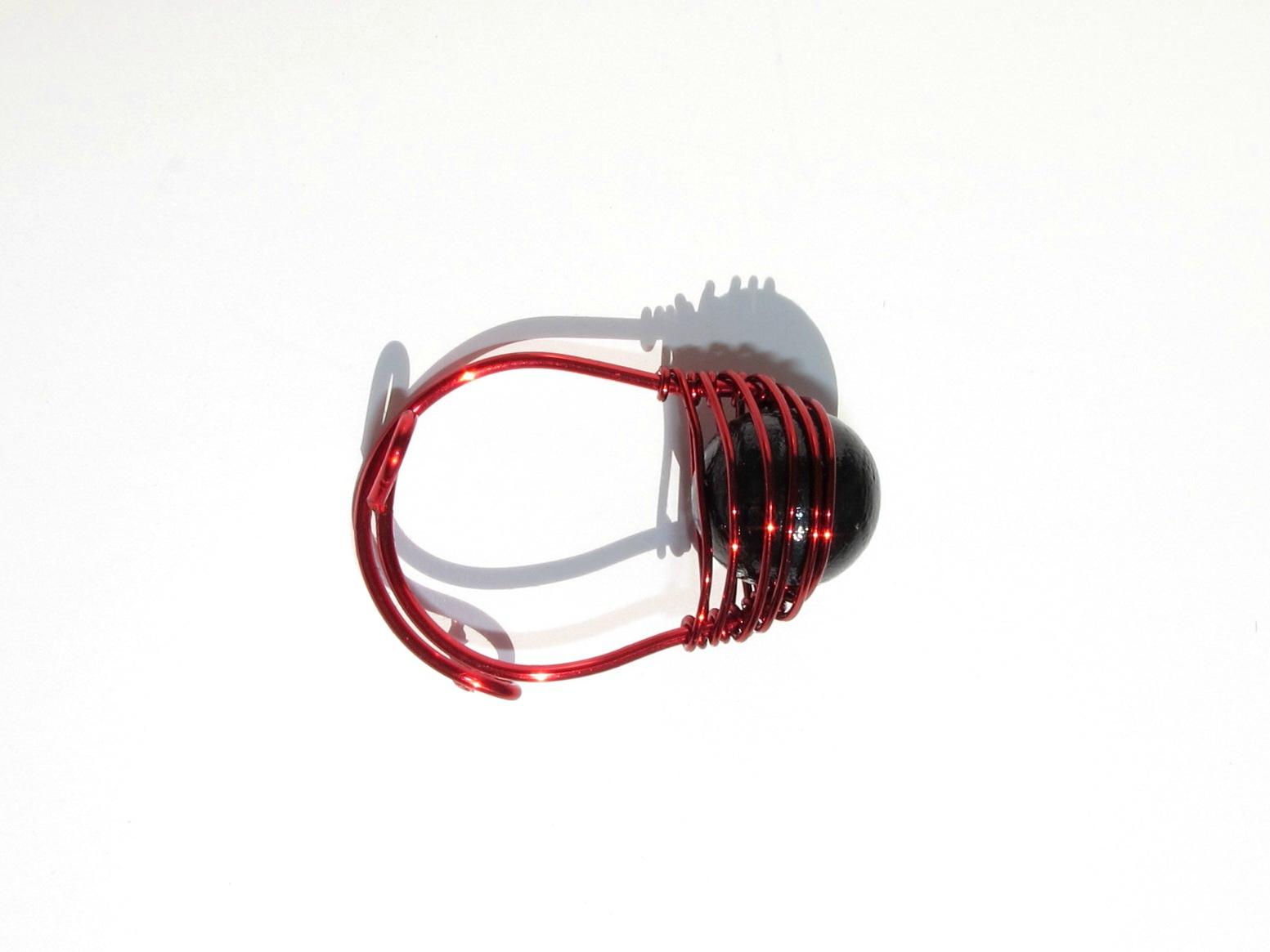 bague wire rouge perle noire dessus